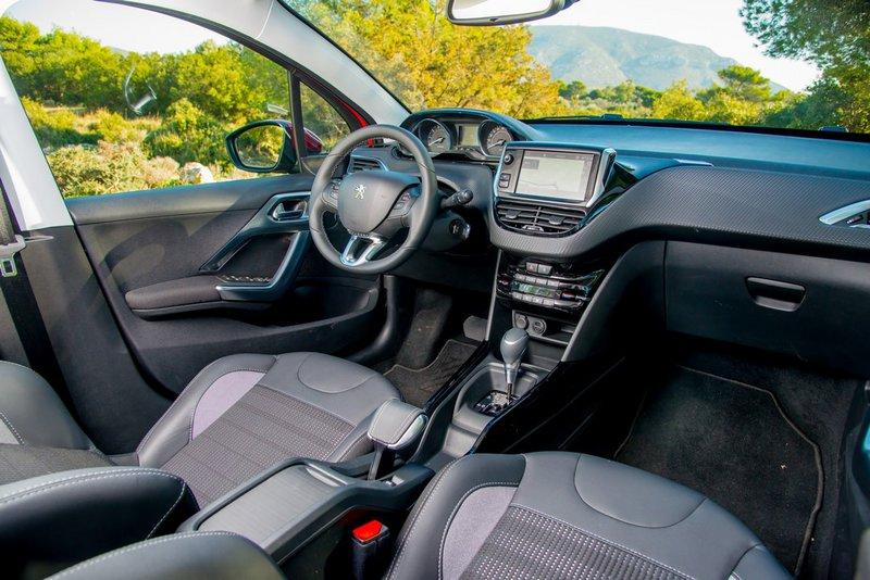 Καλαίσθητο το εσωτερικό του Peugeot 2008 1.2 PureTech 110PS