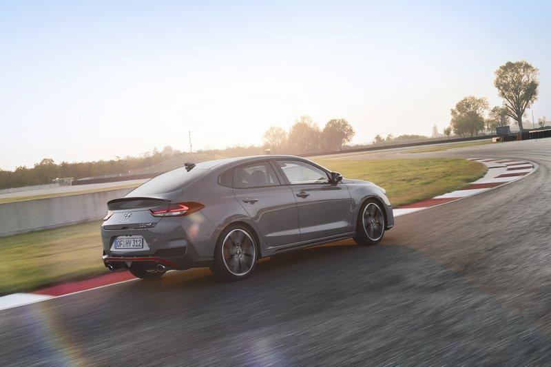 Συγκριτικά το i30 Fastback N σε σχέση με το hatchback μοντέλο διαθέτει καλύτερη ακαμψία, αεροδυναμική και «ζύγισμα».