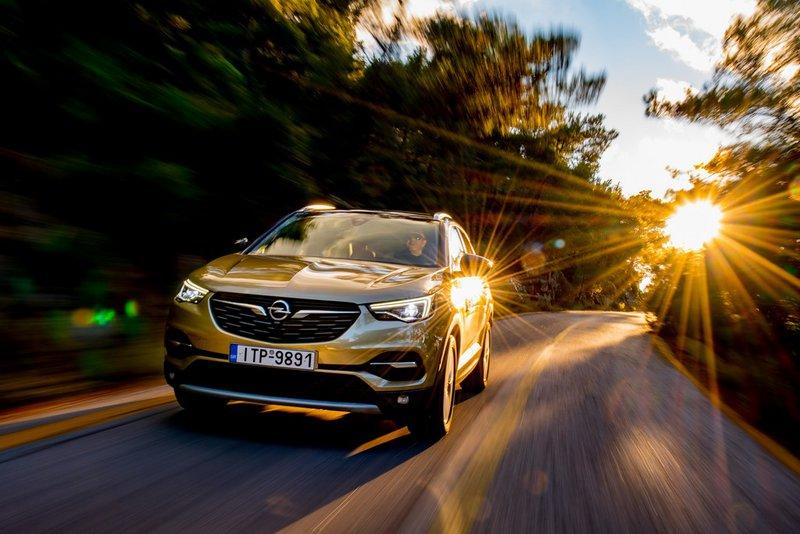 Το αμάξωμα του Grandland X είναι πιο διακριτικό σχεδιαστικά, ακολουθώντας την αισθητική της Opel όπως αυτή ορίζεται από τα Mokka X και Insignia Grand Sport.
