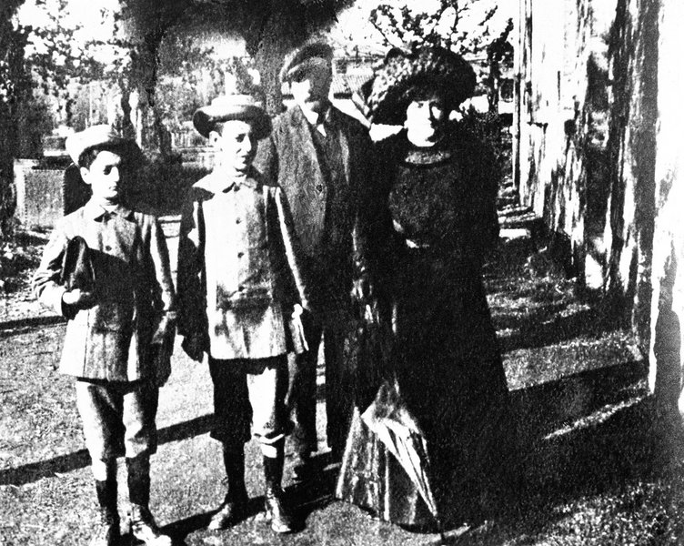 Ο Enzo Ferrari (αριστερά) σε παιδική ηλικία, με την οικογένειά του.