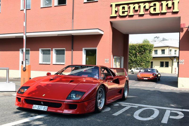 Μία Ferrari F40 εξέρχεται από την είσοδο του Maranello. Δημιουργήθηκε για τον εορτασμό των 40 χρόνων από την ίδρυση της εταιρείας και ήταν το τελευταίο μοντέλο που ενέκρινε ο Enzo, πριν αποβιώσει.