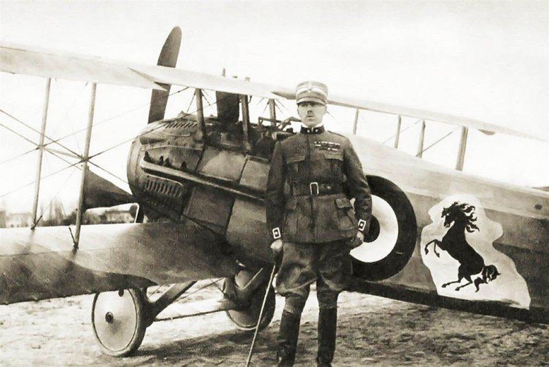 O Κόμης Francesco Baracca ήταν γνωστός πιλότος του Α  Παγκοσμίου Πολέμου. Στο αεροπλάνο του είχε τον οικογενειακό θυρεό, ένα άλογο που στέκεται στα πίσω πόδια του. Αυτό χρησιμοποίησε ο Enzo Ferrari ως έμβλημα για την εταιρεία του.