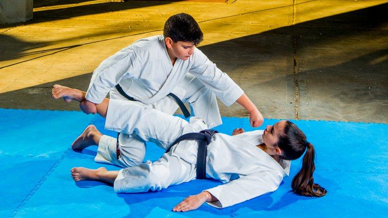 Ανατροπή αντιπάλου ashi barai με τεχνική γροθιά tsuki στο πρόσωπο από τον βενιαμίν της ομάδας Γ. Κουλουρίδη.