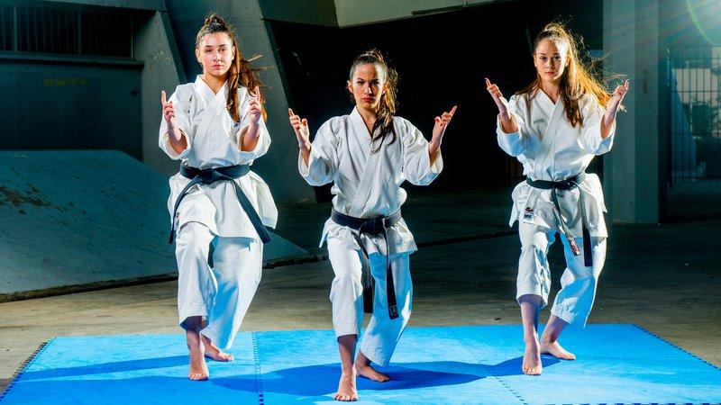 Τεχνική άσκησης απέναντι σε φανταστικούς αντιπάλους με ομαδικό συγχρονισμό των karateka Πέννυ Κουλουρίδου, Μαρκέλα Μαλλιά, Μαρία Τσαγκάρη.