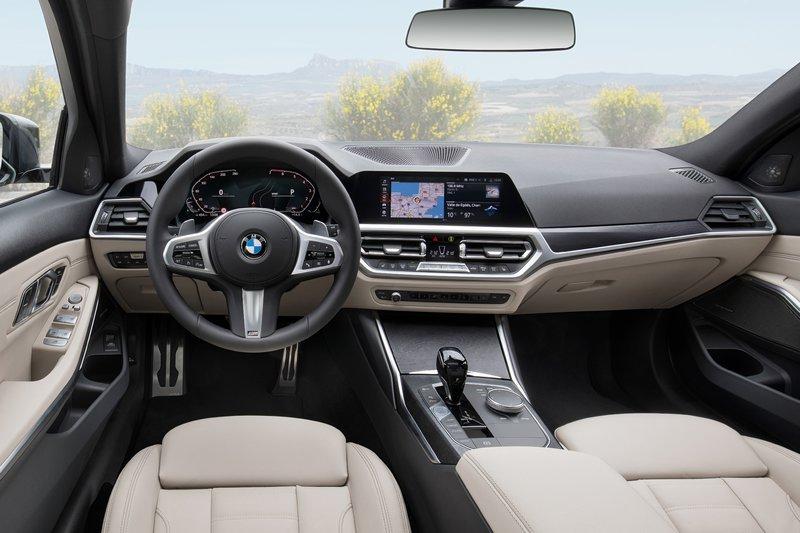 Πέραν από τις ομοιότητες που υπάρχουν στο εσωτερικό, εξέχουσα θέση έχει η πρακτικότητα στη Σειρά 3 Touring.