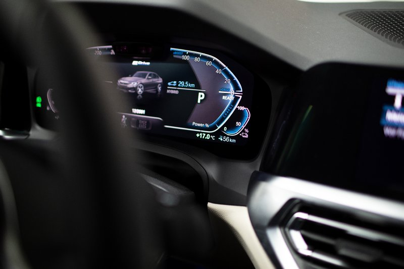Η ενεργειακή απόδοση των μπαταριών που βρίσκονται κάτω από τα πίσω καθίσματα αγγίζει τις 12 kWh.
