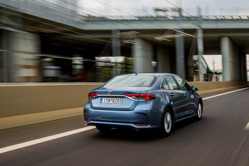H νέα Corolla Sedan δείχνει, αν μη τι άλλο, ικανή να προσφέρει ό,τι θα μπορούσε να ζητήσει κανείς από μια μπερλίνα αυτού του μεγέθους και του βεληνεκούς.