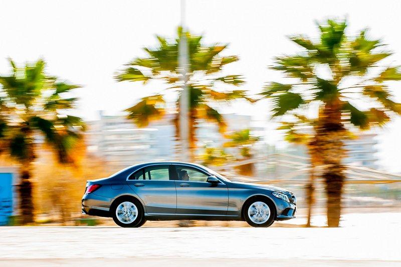 Η τυπική εμφάνιση μιας Mercedes-Benz είναι αυτό που χαρακτηρίζει την C-Class. Ίσως κάποιοι να τη βρίσκουν περισσότερο κλασική από ό,τι θα ήθελαν, στην εποχή μας, όμως αυτό είναι βασικό στοιχείο της ταυτότητάς της.
