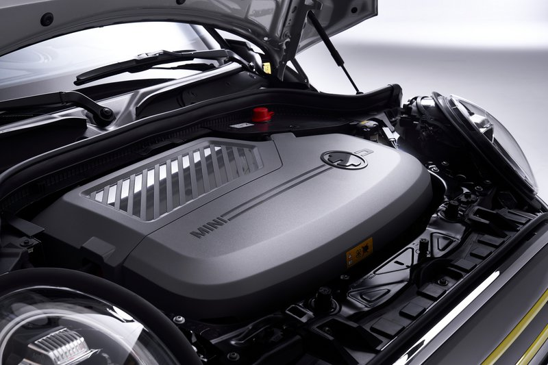 Tο Cooper SE (50 kW) χρειάζεται 35 λεπτά για το 80% της φόρτισης και για την πλήρη φόρτιση από wallbox 3,4 ώρες, μια επιπλέον από το ηλεκτρικό της Opel.
