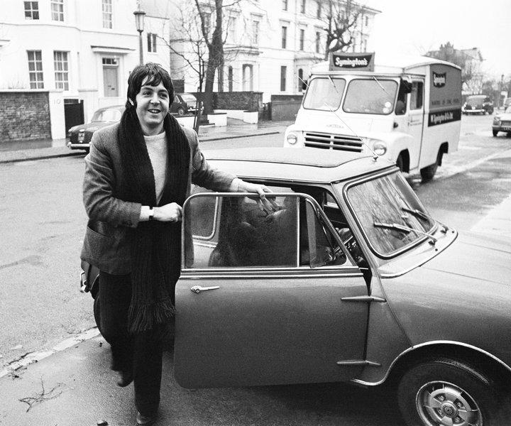 Το αυτοκίνητο έγινε έμβλημα της νεολαίας κατά τη δεκαετία του 1960. Οι Μπητλς, η Τουίγκυ, η Μαίρη Κουάντ, όλοι οδηγούσαν Mini.