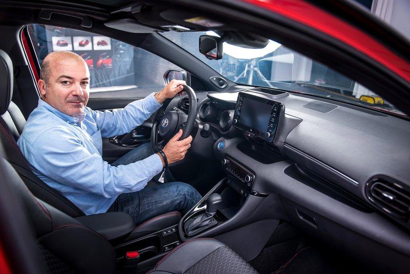 O Νίκος Μερτέκης, στο εσωτερικό του νέου Toyota Yaris.