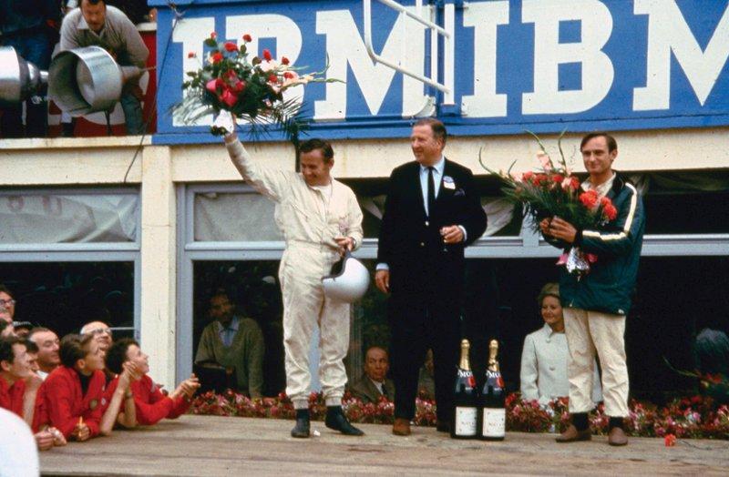 Οι Bruce McLaren, Henry Ford και Chris Amon στο βάθρο των νικητών στο 24 Hours of LeMans του 1966.