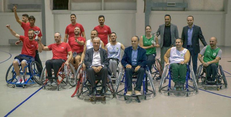 Οι ομάδες της Avis & της Παναθηναϊκός AμεA. Στα πρώτα αμαξίδια από αριστερά, οι κύριοι Ζαχαρίας Γιαννίτσης, Γενικός Διευθυντής Μακροχρόνιων Μισθώσεων AVIS και Ιωάννης Καλλίγερος, Πρόεδρος & Διευθύνων Σύμβουλος Mercedes-Benz Hellas. Στο πλάι της ομάδας του Παναθηναϊκού ΑμεΑ (όρθιοι από αριστερά) οι κύριοι Δημήτρης Πετρούνιας, Ψυχολόγος & Κωνσταντίνος Παπαλιός, Αντιπρόεδρος της ομάδας Παναθηναϊκός ΑμεΑ.