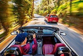 Δοκιμάζουμε δύο σύμβολα της αυτοκίνησης: Mazda MX-5 και Volkswagen Golf GTI