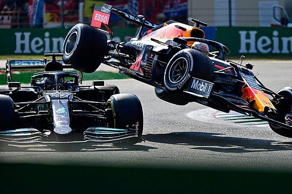 Οι ζημιές στη Mercedes του Hamilton μετά το ατύχημα με τον Verstappen