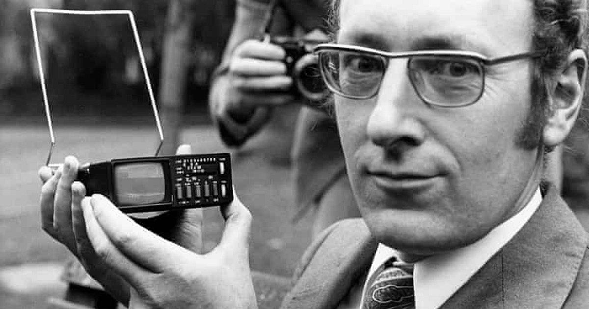 Ο Sir Clive Sinclair με την ανακάλυψή του, την τηλεόραση τσέπης. Photo: Rex Features